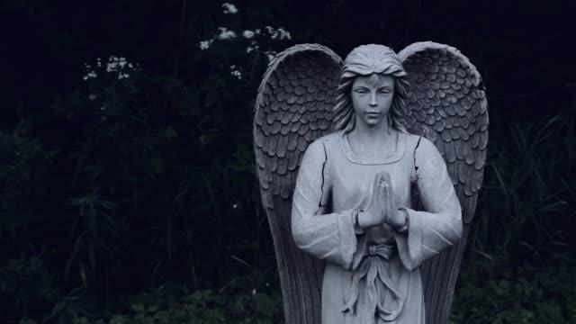 praying angel statue - angelo video stock e b–roll