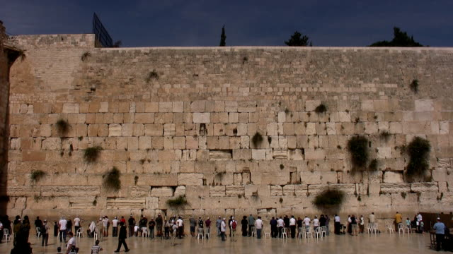 Praying in the Western Wall video
