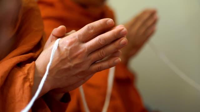 vídeos y material grabado en eventos de stock de rezar monje mano - hermano