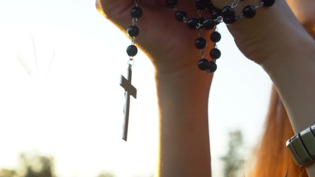 be med rosenkransen cross - krucifix bildbanksvideor och videomaterial från bakom kulisserna