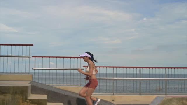 innan du tränar - jogging hill bildbanksvideor och videomaterial från bakom kulisserna