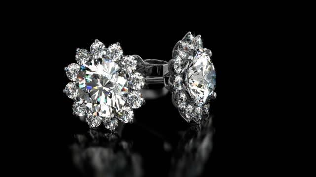 kostbare diamantenarren auf schwarzem hintergrund - ohrring stock-videos und b-roll-filmmaterial