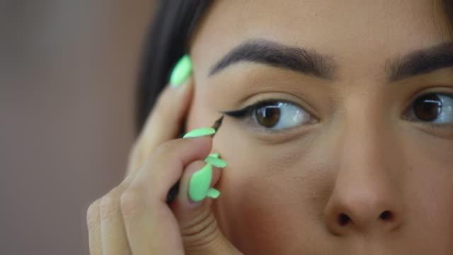 precise make-up work - dokładność filmów i materiałów b-roll