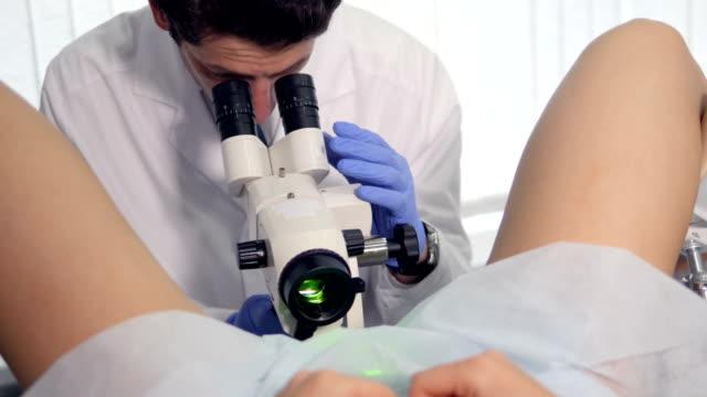 Un médico sensorial es examiming vagina de una niña. - vídeo
