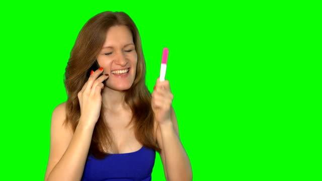 Test de grossesse - femme heureuse sur téléphone, notion de résultat positif - Vidéo