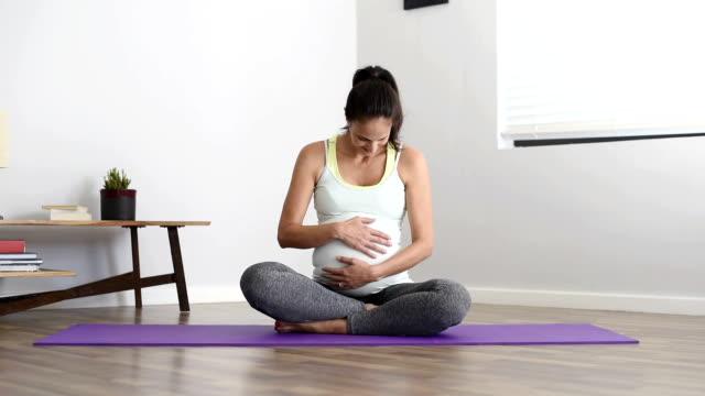 妊娠中のお客様は、ヨガのエクササイズ - 妊娠点の映像素材/bロール