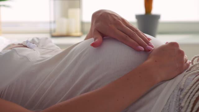 vídeos de stock, filmes e b-roll de gravidez/nascimento - grávida