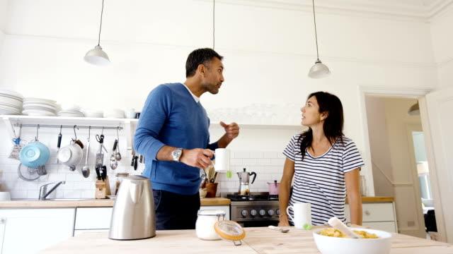 gravida par ha ett argument i köket - 35 39 år bildbanksvideor och videomaterial från bakom kulisserna