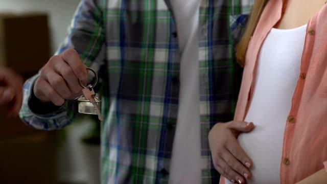 妊娠中のカップルの家、お金を取って、子期待のため移転を販売 - 請け戻し権喪失点の映像素材/bロール