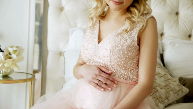 vídeos de stock e filmes b-roll de pregnant girl in black dress is lying - coroa