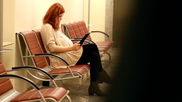 schwangere mädchen in der festen mit tablet - tablet mit displayinhalt stock-videos und b-roll-filmmaterial