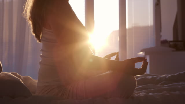 gravida mitten av vuxen kvinna utövar yoga hemma - människokroppsdel bildbanksvideor och videomaterial från bakom kulisserna