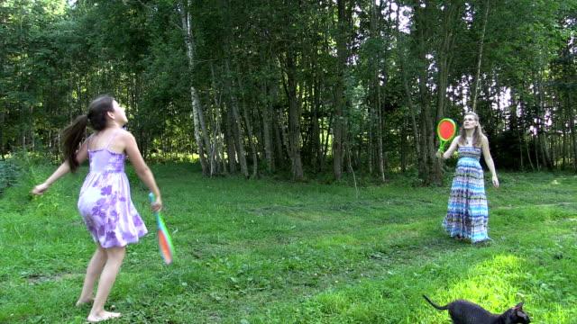 妊娠中の母親に娘もバドミントンます。左にサイドスライド - スポーツ バドミントン点の映像素材/bロール