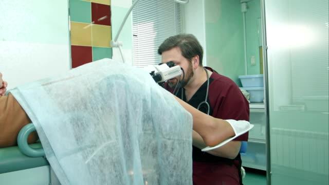 pregnant patient at a reception at the gynecologist - ginekolog filmów i materiałów b-roll