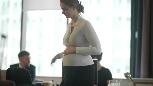 vídeos de stock, filmes e b-roll de grávida de trabalhar - grávida