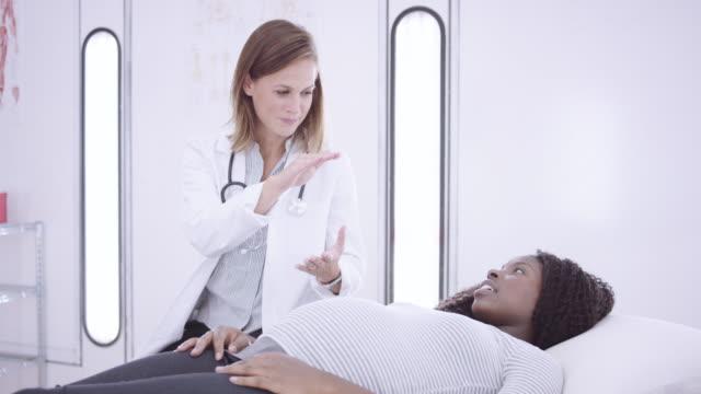 4k uhd: pregnant woman at a medical checkup - ginekolog filmów i materiałów b-roll