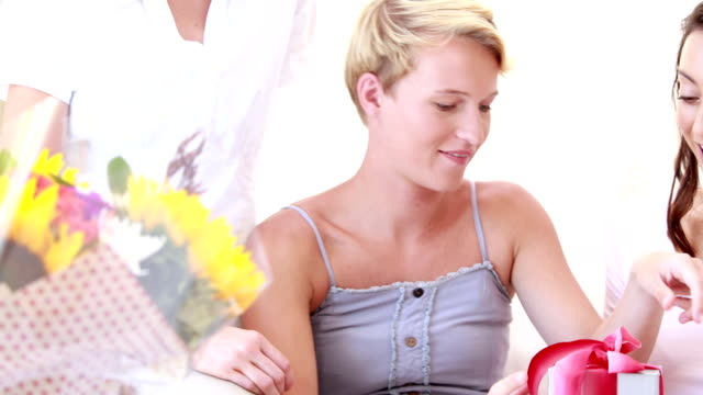 Mujer embarazada en su fiesta prenatal - vídeo