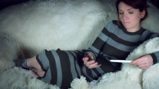 Mujer embarazada de 4 K enojado en la prueba de embarazo positiva - vídeo