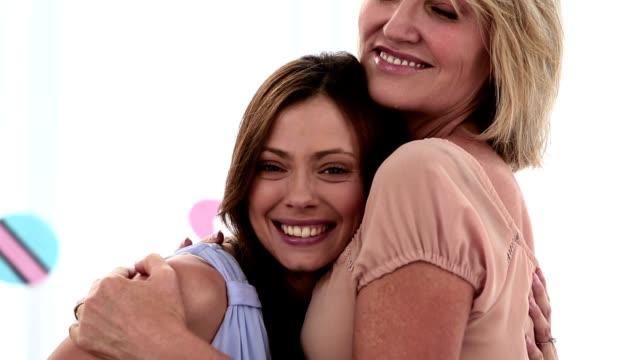 vídeos de stock, filmes e b-roll de grávida mulher abraçando seu amigo - chá de bebê