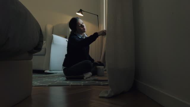 Schwangere Frau malerei Fenster in weiß – Video