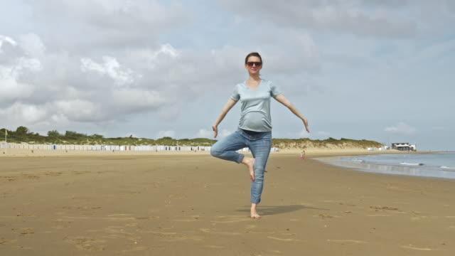 schwangere frau posiert am strand sand - ganzkörperansicht stock-videos und b-roll-filmmaterial