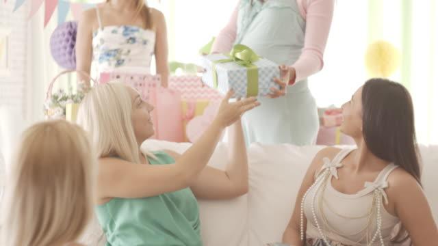 vídeos y material grabado en eventos de stock de mujer embarazada recibir regalos en babyshower - baby shower