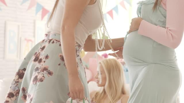 vídeos y material grabado en eventos de stock de mujer embarazada recibir regalos en fiesta de la ducha de bebé - baby shower
