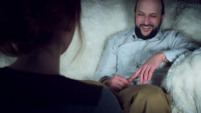 4 mujer embarazada K muestra su feliz marido embarazo positivo - vídeo