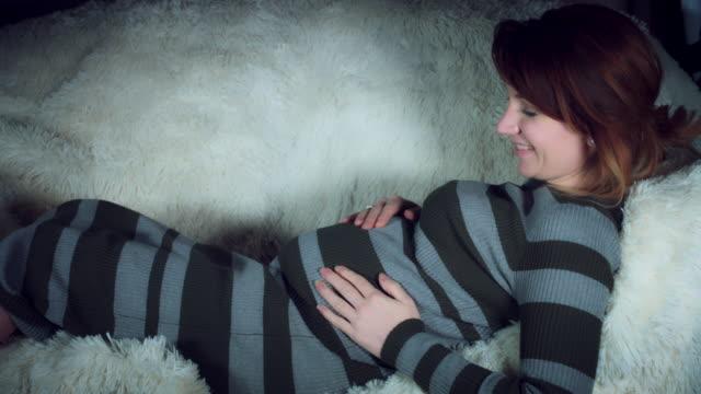 4 K parler de femme enceinte et serrant son bébé dans le ventre - Vidéo
