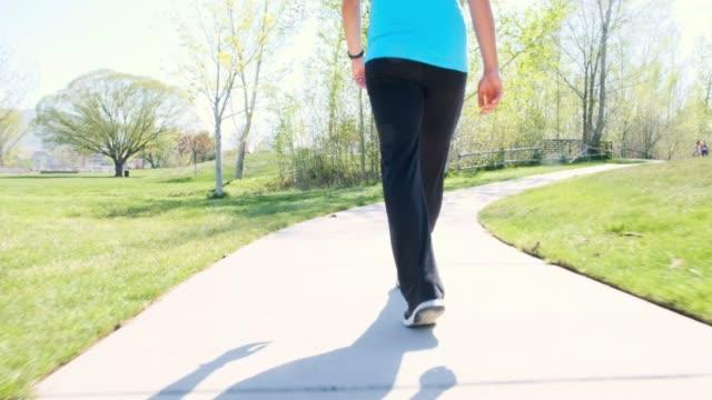 vidéos et rushes de femme enceinte qui marche dans le parc - relaxation