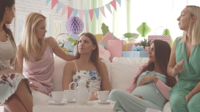 Mujer embarazada con amigos en el partido de ducha de bebé - vídeo