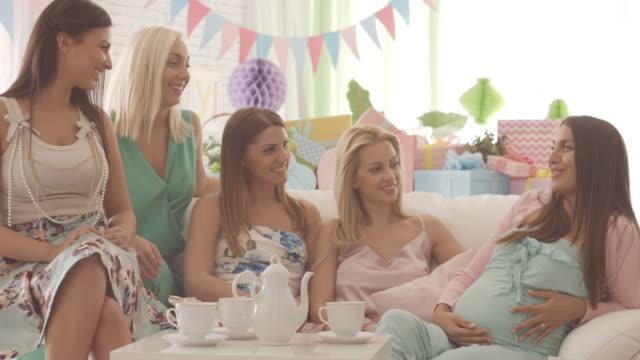 vídeos y material grabado en eventos de stock de mujer embarazada con amigos en el partido de ducha de bebé - baby shower
