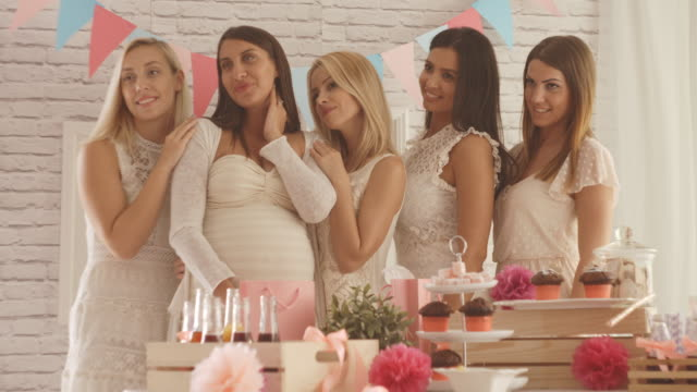 Mujer embarazada con sus amigas - vídeo