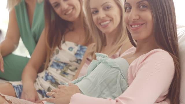 vídeos y material grabado en eventos de stock de mujer embarazada con sus amigos posando - baby shower