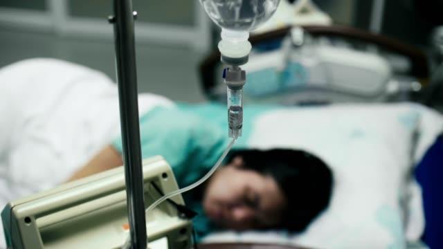 Femme enceinte avec l'égouttement IV dans l'hôpital - Vidéo