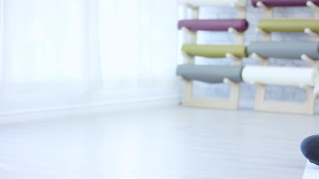 gravid yoga i studio - korslagda ben bildbanksvideor och videomaterial från bakom kulisserna