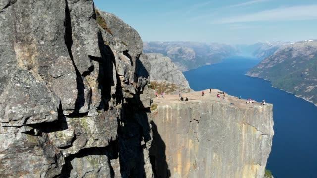 vídeos de stock e filmes b-roll de preikestolen. pulpit rock at lysefjorden in norway. 4k - noruega