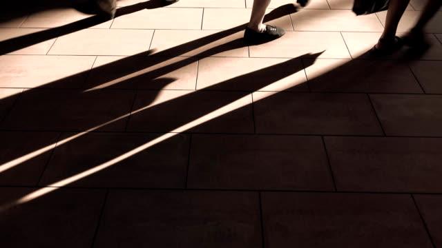 kahverengi güneşli yerde yürüyüş preople. fullhd atış - uzun adımlarla yürümek stok videoları ve detay görüntü çekimi