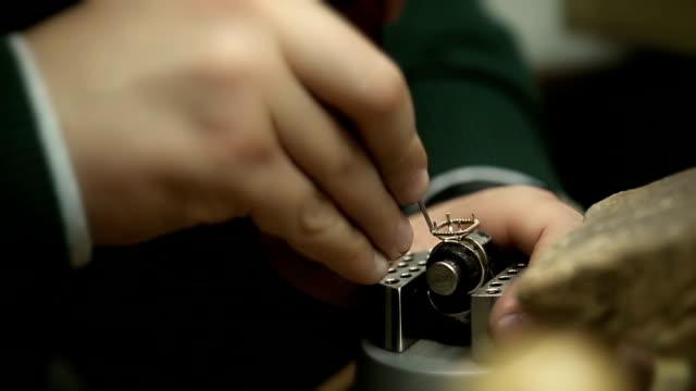 vídeos de stock, filmes e b-roll de preparação para a configuração diamond - esmeralda