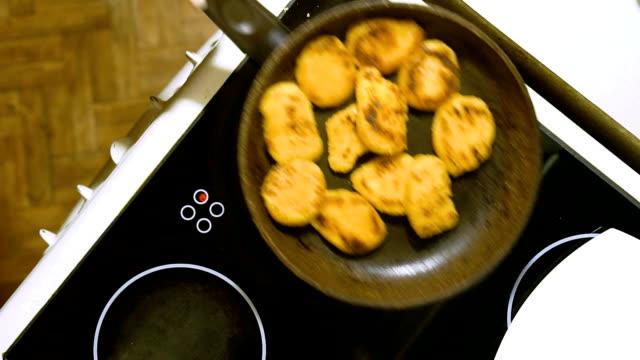zubereitung von käsekuchen zu hause. in regelmäßigen abständen umrühren sie syrniki bis fertig. - quark stock-videos und b-roll-filmmaterial