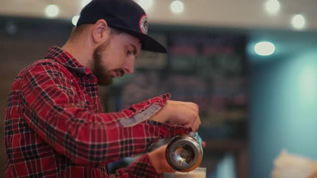 コーヒー系飲料の準備。Mokkachino に行く ビデオ