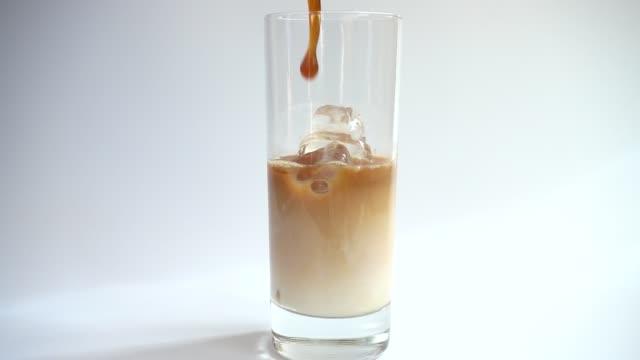 vídeos de stock e filmes b-roll de preparation of cold coffee drink with ice. slow motion. - café gelado