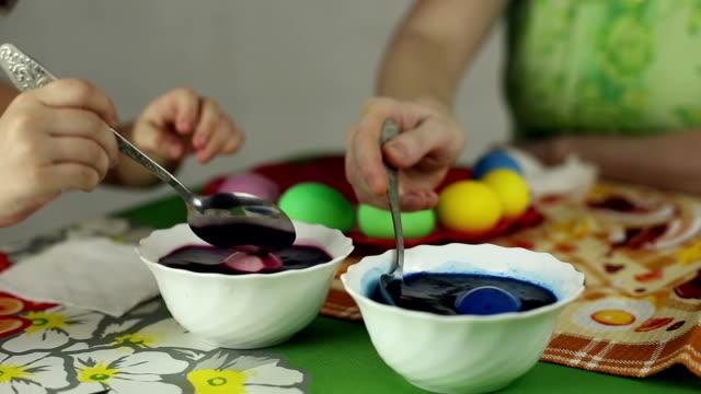 preparazione di uova di pasqua, la festa di pasqua ebraica - icona posate video stock e b–roll