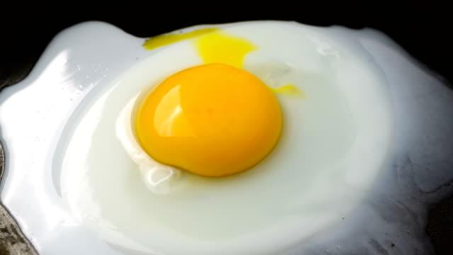stockvideo's en b-roll-footage met voorbereiding van gebakken eieren - ei