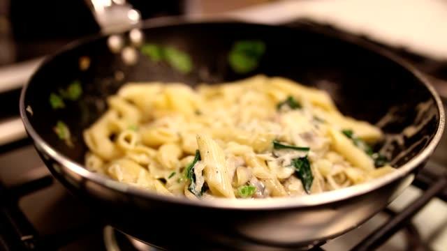 vorbereitung von pasta - vegetarisches gericht stock-videos und b-roll-filmmaterial