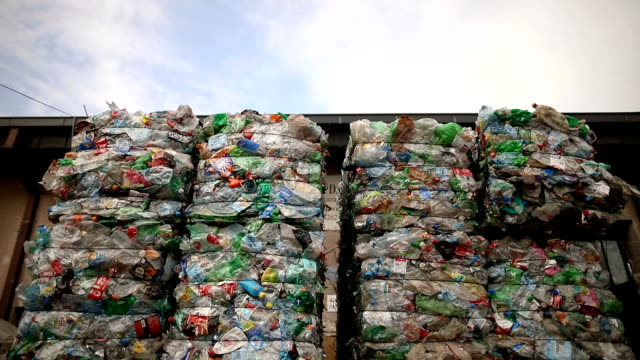 vídeos de stock e filmes b-roll de preparation of plastic bottle.garbage for recycling.plastic bales of rubbish at the waste treatment processing plant. recycling separate and storage of garbage for further disposal, trash sorting. business for sorting and processing of waste - molho arranjo