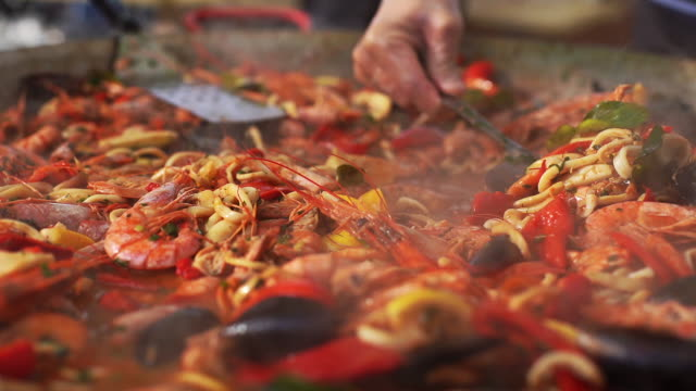 zubereitung von meeresfrüchten und nudelsuppe aus nächster nähe. - fische und meeresfrüchte stock-videos und b-roll-filmmaterial