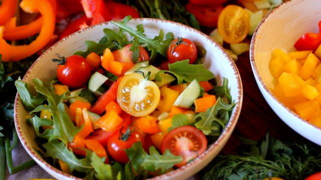 vidéos et rushes de préparation de légumes pour la cuisson. légumes frais sont lavés à fond et sécher sur la toile de lin - sky