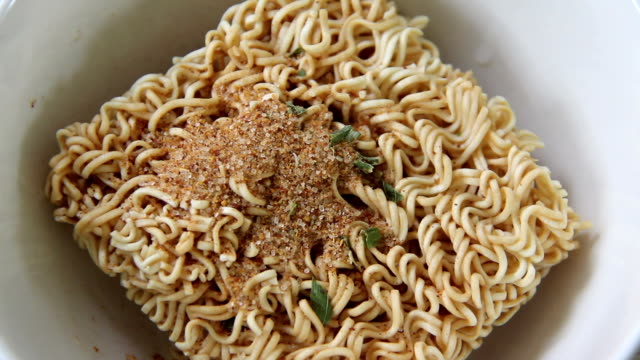 prepare instant noodles by seasoning and pouring hot water video