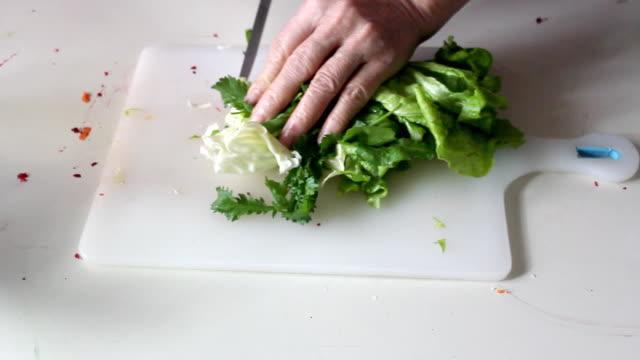 Preparar salada - vídeo